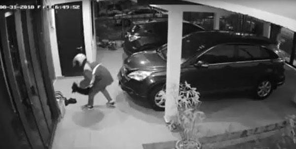 偷鞋賊翻籬笆入屋,偷走一雙放在屋外的鞋子。