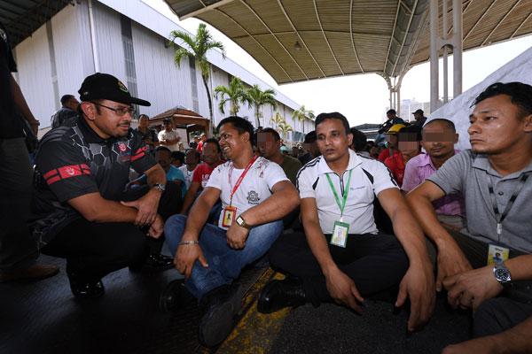 慕斯達法(左)親自帶隊取締非法外勞。