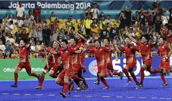 日本隊隊員為奇蹟式逆轉馬來西亞,包攬本屆鉤球男女金牌而狂喜。(美聯社)
