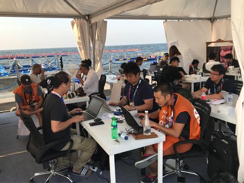 亞運帆船賽的新聞中心,設立在海灘旁的臨時帳棚,風景十分優美,但記者們都忙著趕新聞,根本無暇觀賞。(梁展威攝影)