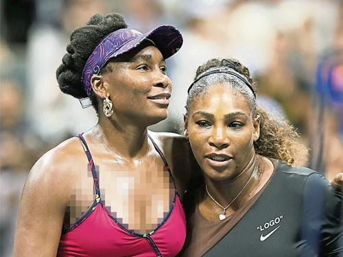 瑟琳娜(右)擊敗胞姐威努絲晉級16強,但無損姐妹情。(法新社)