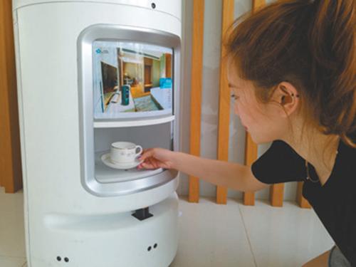 送貨機器人給房客送咖啡。