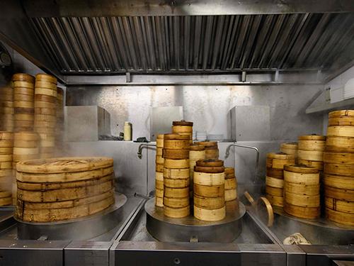 蓮香樓的傳統手工點心,包括叉燒包、蝦餃和馬來糕等。(法新社)