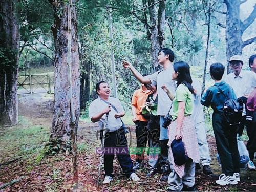 李立明院長長期活躍于草藥活動,經常帶領學生到野外採草藥,並且實地給學生們講解各種草藥。