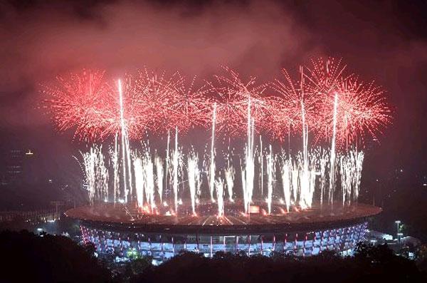 五彩繽紛的煙花在體育館綻放,耶加達亞運會是時候說再見了。(法新社)