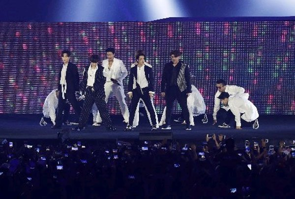 韓國組合Super junior表演,將現場狂熱氣氛帶到沸點。(美聯社)