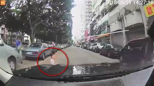 男童突然衝出馬路,讓司機完全來不及反應。