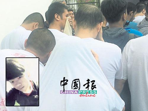 5名被控謀殺罪的被告已剃成光頭,其中一名被告上庭時穿著寫有「鳳凰山」的白色T恤。小圖為死者林俊傑。