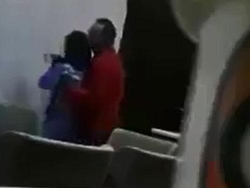 女佣暗中架设的手机,拍下男雇主对女佣性骚扰的画面。