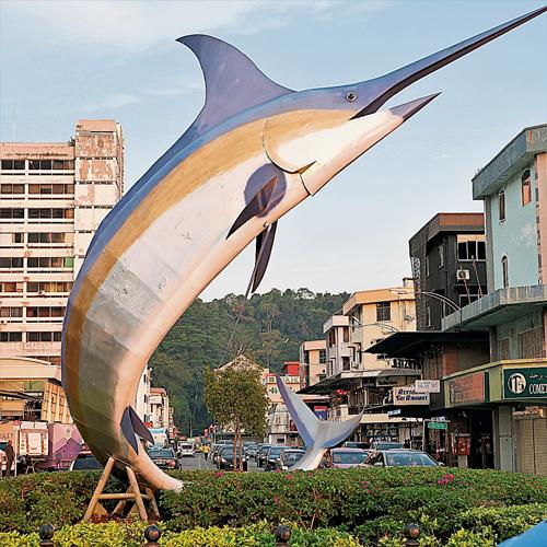 亞庇市中心的地標--旗魚塑像,讓我想起半島游路過的旗魚之鄉雲冰。的確,我是帶著半島影子來東馬行走,看到類似的場景,總免不了會想起西馬。