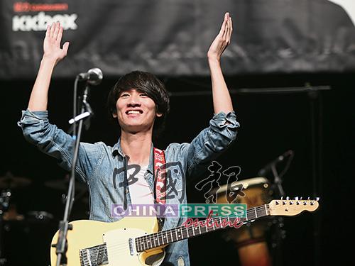 柔情的柯智棠帶來搖滾味的表演,他當晚表演絲毫不多話,以歌曲和觀眾交流!