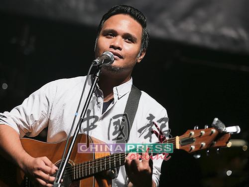 """大馬創作歌手利查沙烈(Reza Salleh)為""""台灣之夜""""擔任開場歌手。他詼諧談論歌曲背后的故事,為一首首悲傷情歌注入令人儲心一笑的溫暖和療癒。"""