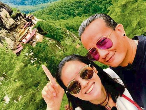 沈琳宸和陳漢瑋在不丹登高看虎穴寺。