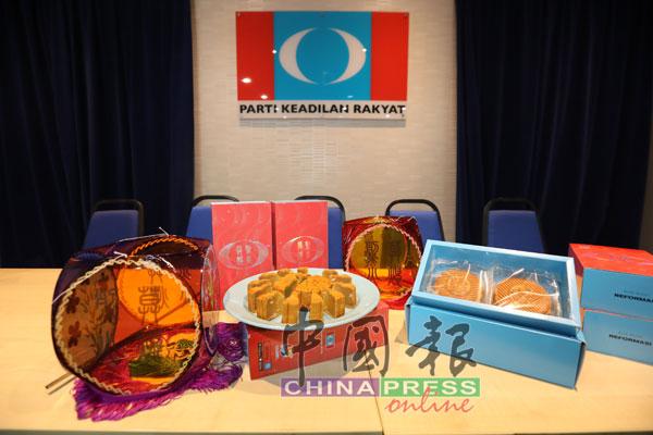"""""""烈火莫熄""""月餅一盒售價為30令吉,共有少糖單黃翡翠及少糖超級白蓮蓉兩種口味。"""