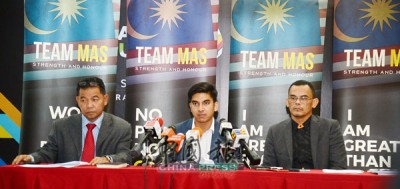 賽沙迪(中)在沙巴威(左)和莫哈末凱利扎威的陪同下,於記者會上回答媒體的提問。(攝影依哲)