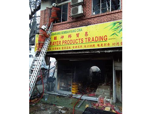 被大火殃及的神料店,所有貨品都付之一炬,業者損失慘重。