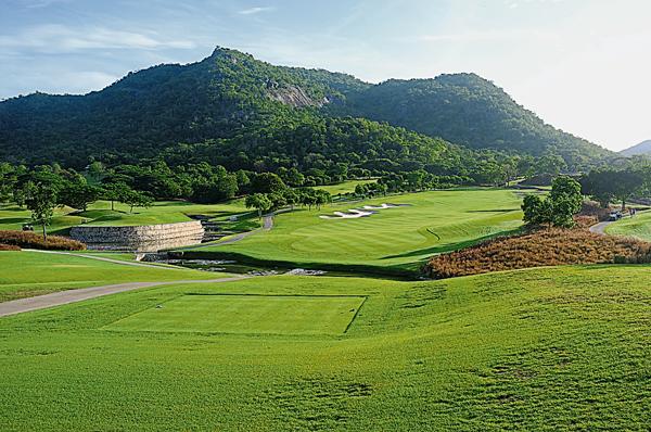 Black Mountain高爾夫錦標賽球場以附近一座有著黝黑巨大岩石的黑山而得名。