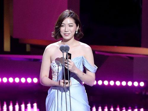 陳俐杏上台領獎,全程以流利韓語致詞。