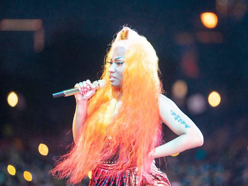 """妮姬米娜挺著一頭橘髮出席""""美國製造""""音樂祭開唱。翻攝官方推特"""