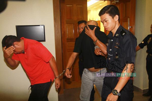 面控5虐童罪的莫哈末占祖利(左)離開法庭時,以手掩臉。