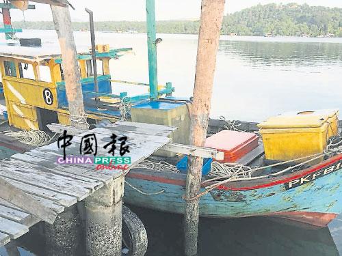 違法的本地漁船已被帶返船只扣留中心。