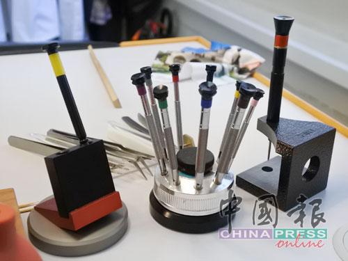這都是用來組裝手錶的工具。