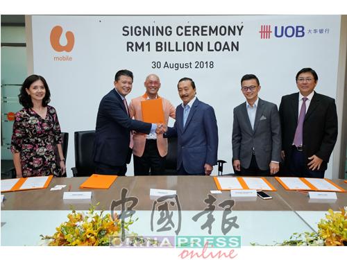 在高層見證下,大馬大華銀行副總執行長漢德拉古納萬(左2起)、黃顯德與成功集團創辦人丹斯里陳志遠達成貸款協議。
