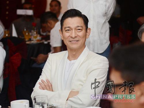 劉德華配合電影《Hantu Kak Limah》慶功宴的主題,以白色西裝帥氣亮相。