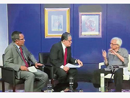 達因(右)接受第三電視台《Soal Rakyat》節目主持人丹斯里佐漢(中)和慕斯達法卡米爾訪談。