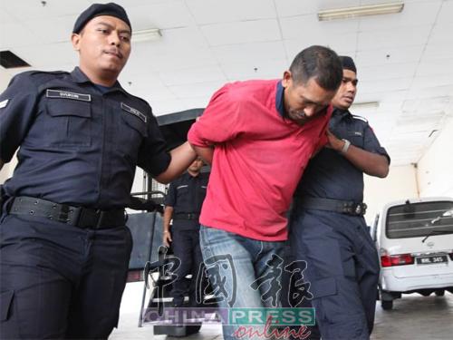 48歲燒焊工友阿都阿茲(左2)涉嫌性侵和非禮8歲8個月的外甥女,面對三項控狀。