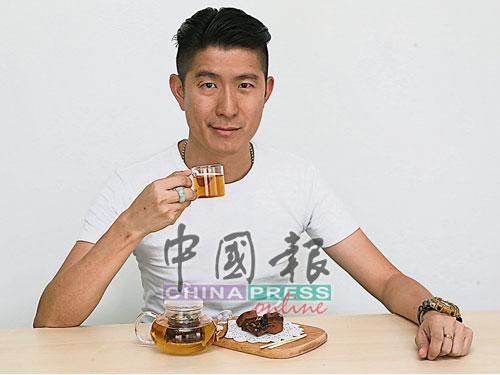 """▲原本從事健康食品買賣的許聞為,於2015年和本地可可園合作,共同創辦本地巧克力品牌""""Vive Snack"""",除了推出巧克力塊、可可豆碎和可可粉外,他手上這杯茶是經烘烤並攪碎的可可殼進行高溫殺菌後,製成的可可茶,加入玫瑰花後,香氣更獨特。"""