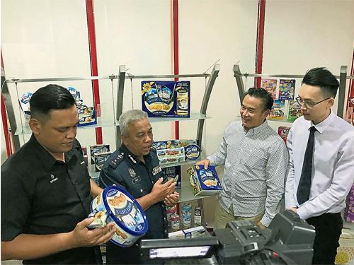 禮祖安(左起)及賽迪到多多食品工業(馬)有限公司檢查,右起為該公司品牌經理陳奕嘉及總執行長洪奕鏵。