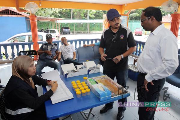 反毒機構也參與取締行動並展開尿液檢驗,檢查是否有司機涉嫌濫用毒品。右為威拉班。