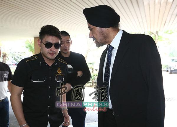 廖順喜(左)與代表律師拿督拉吉峇星在抵步法庭後,商討案情。