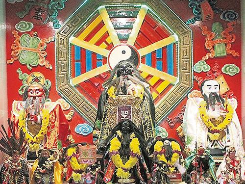 聖威壇座主張公聖君,左為洪公聖君,右為蕭公聖君。