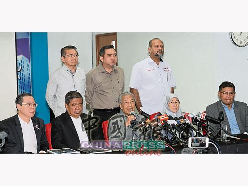 馬哈迪(左3)主持希盟中央最高理事會議后,召開記者會,左起為林冠英、莫哈末沙布、旺阿茲莎和賽夫丁納蘇迪安。