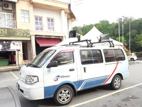 選委會準備了3輛廣播車提醒選民投票。