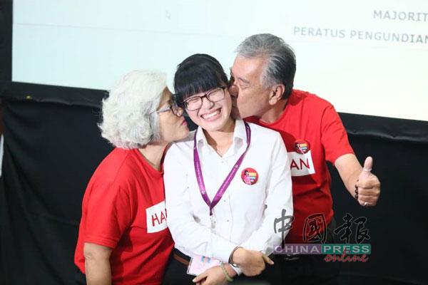 王詩琪(中)的父母王福強和陳桂仙在台上雙雙獻吻,恭賀愛女中選為無拉港區州議員。