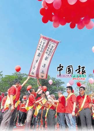 第11屆在三寶山山頂的升放氣球儀式。