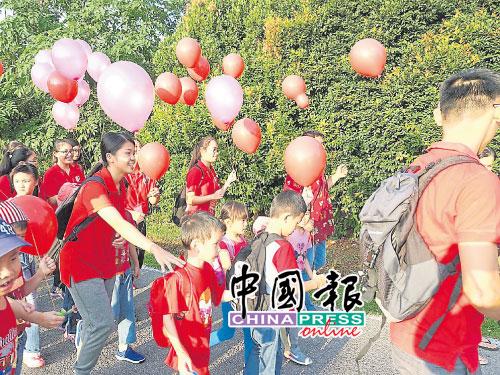 一家大少身穿紅衣出席三山九九.重陽登高活動,度過愉快的親子時光。