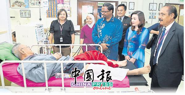 威拉班(左3)巡視森州愛心洗腎中心的洗腎部門,瞭解該中心運作,右起維再也辛甘及蔡禮嬪。