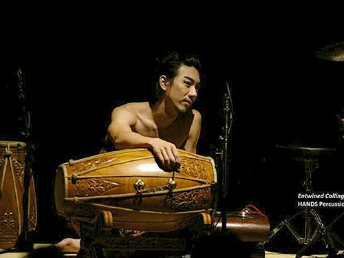 手集團首席鼓手莊力翰,從小學華人傳統鼓樂,后接觸馬來、印度、西洋鼓,各種元素都影響了他的創作理念。