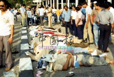 罹難者遺體從殘瓦中被移出後,以白布遮蓋著頭顱及身體,安置在現場附近,準備送往醫院太平間。