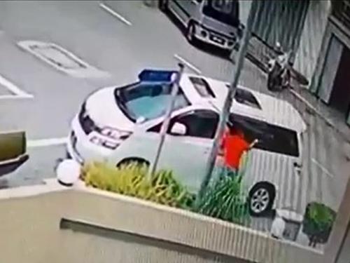 匪徒爆竊手法非常專業,快速撬開車窗後,取走車內的背包。
