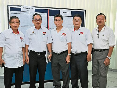 鍾偉興(左2)在不受挑戰下,成功連任民政黨森州聯委會主席,左為潘宥磬;右起廖福祥、拿督鄭啟宗及拿督謝鵬芳。