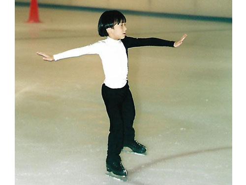 小小茹自傑在冰上的可愛舞姿,臉上露出滿滿的自信。