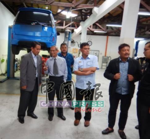 賽夫丁(右3) 巡視本坡一家國產車經銷商和維修中心,從中瞭解銷售和服務稅對車行帶來的影響情況。