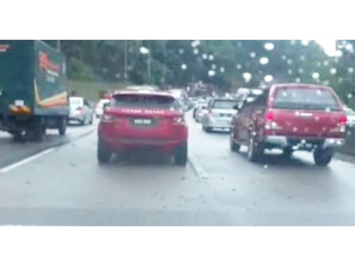 加叻大道下雨和輛車著火,車輛緩慢。