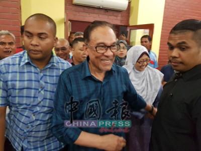 傅芝雅(右2)愿为安华悬空关丹国席,助安华返回国会铺路。