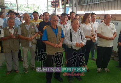 關丹客家會館代表在顧問拿督葉攸河(第一排右)帶領下,拈香弔唁。